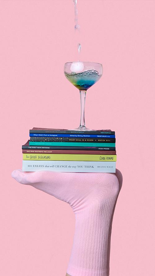 Frau Mit Socke, Büchern und Glas