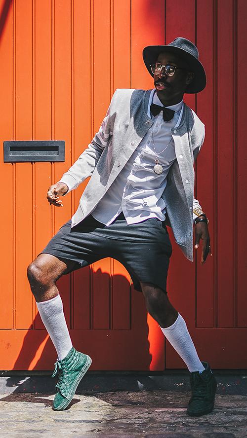 Mann mit Sneaker und Kniestrümpfen