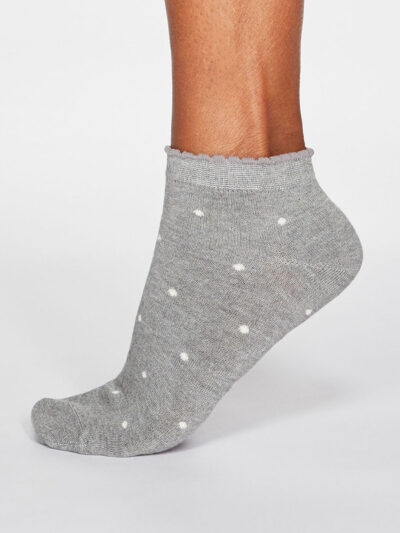 Thought Eudora Spot Sneakersocken Grau mit Rüschenbund