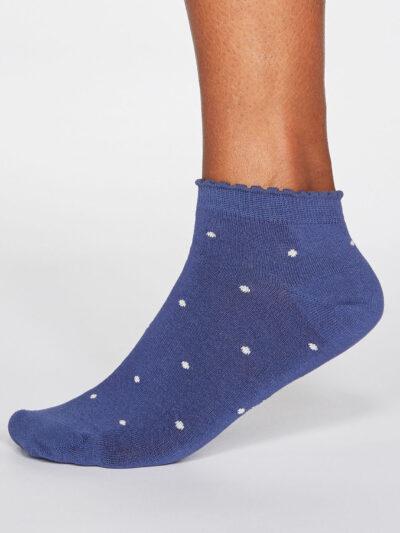 Thought Sneakersocken Eudora Spot Blau mit Rüschenbund