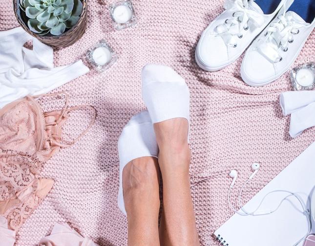 Frau mit Sneaker-Socken